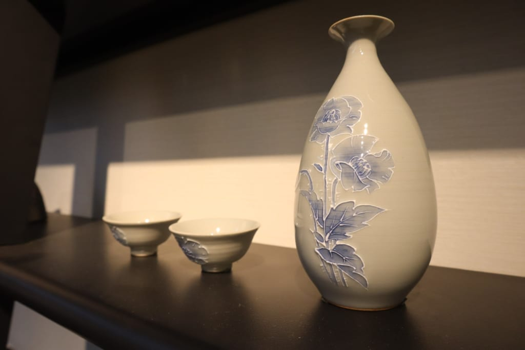 Auf zwei Etagen wird hier japanische Keramik ausgestellt.