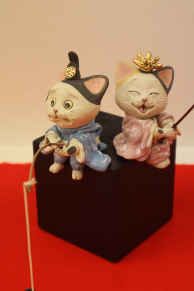Es gibt auch Hinamatsuri Keramik in Katzenform.
