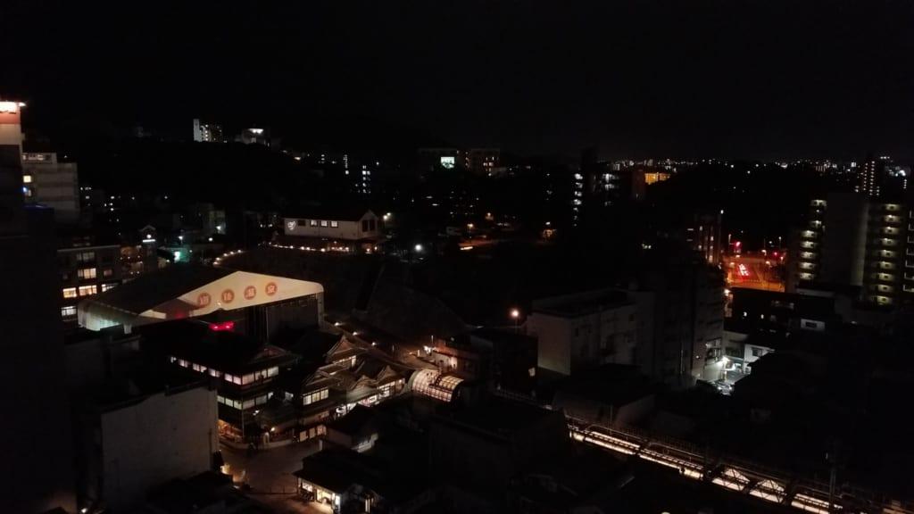 Der Blick auf das Dogo Onsen und Matsuyama bei Nacht.
