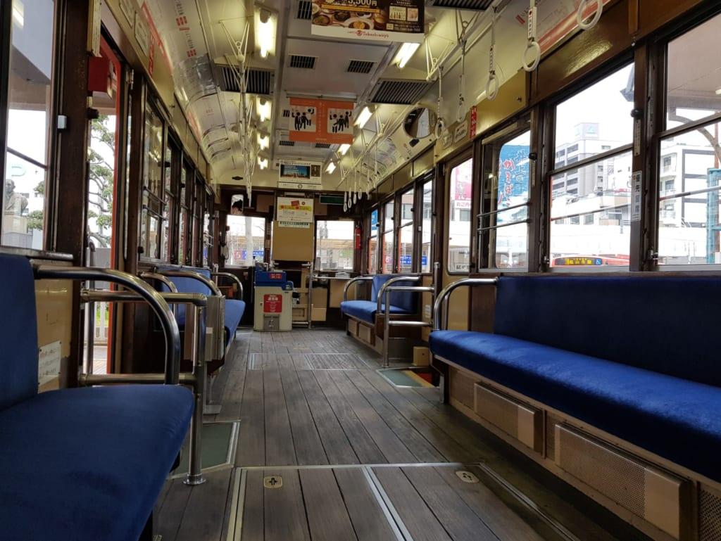 Das Innere der alten Straßenbahnen.