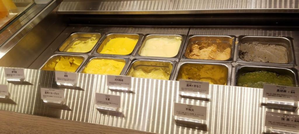 Es gibt eine große Auswahl an Mandarinen-Eis.