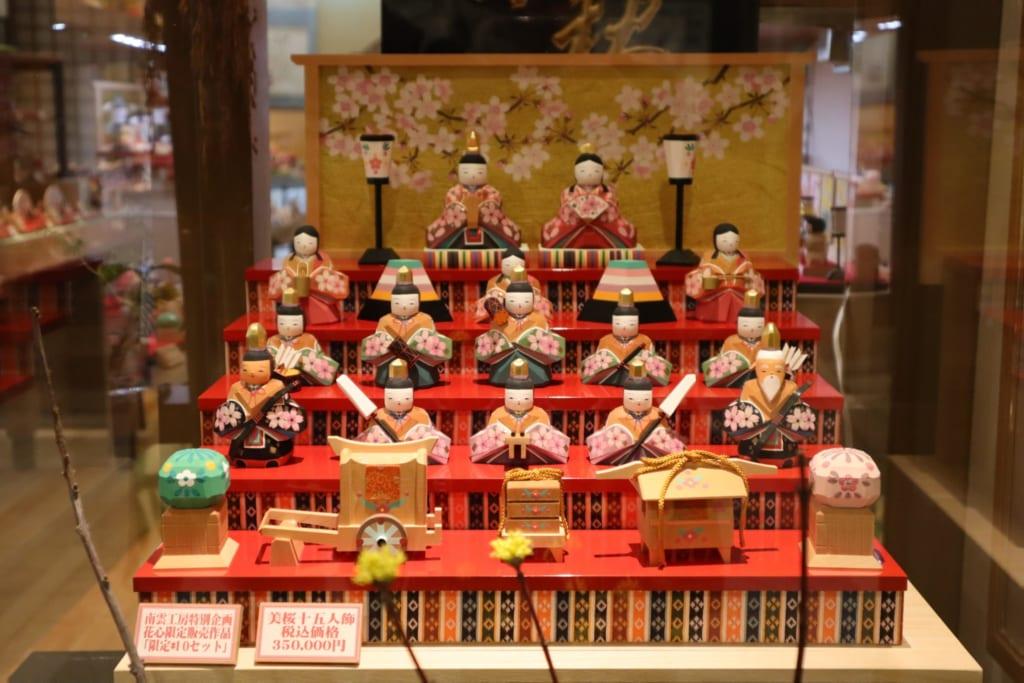 Auch im Dogo Shotengai findet sich Hinamatsuri-Dekoration.