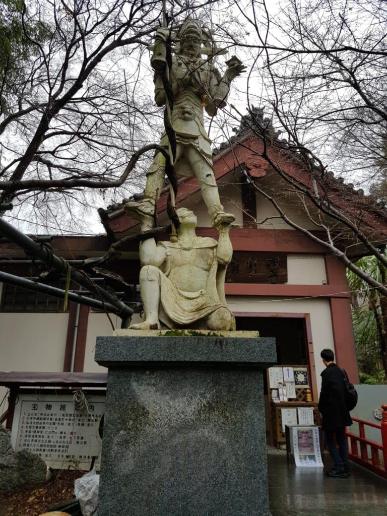 Auf dem Gelände des Ishiteji Tempels werdet ihr einige Pilger antreffen.