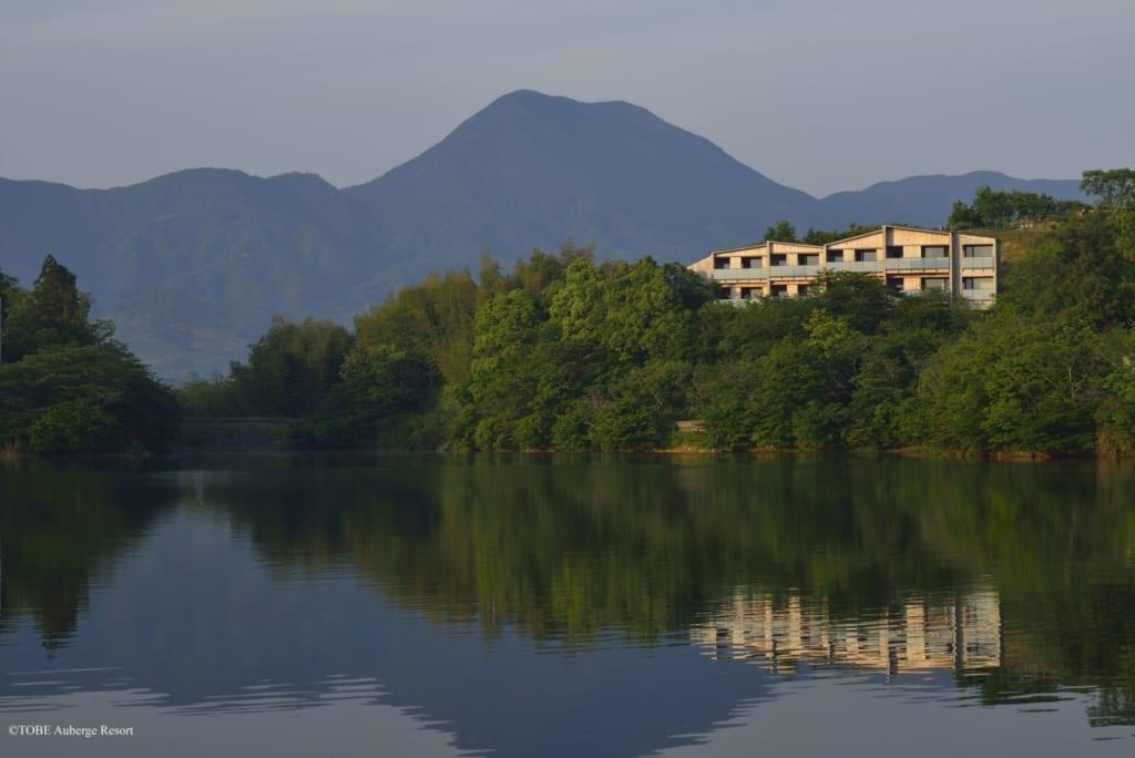 Ausblik auf des See des Resorts, Tobe, Ehime, Shikoku, Japan.