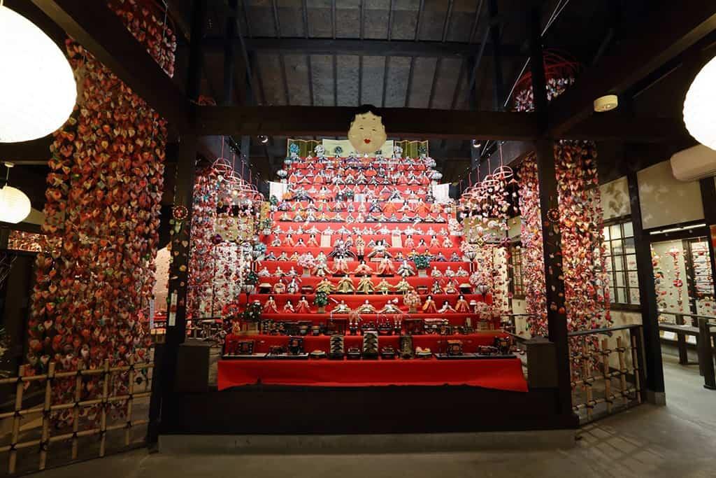 Es gibt verschiedene Ebenen beim Aufstellen der Hina-Puppen für das Puppenfest.