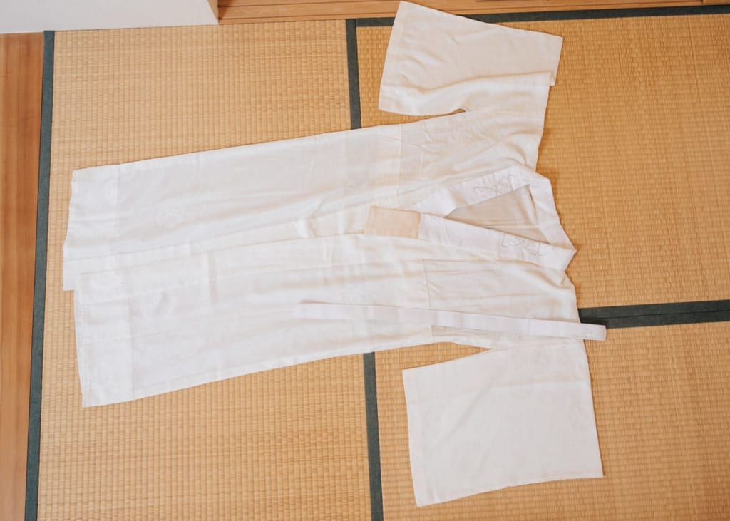 Der Nagajuban and Erishin für den Kimono.