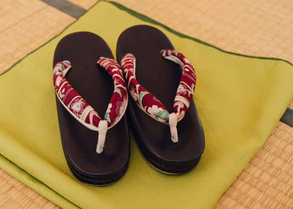 Zori - trage niemals Schuhe für draußen auf Tatami.