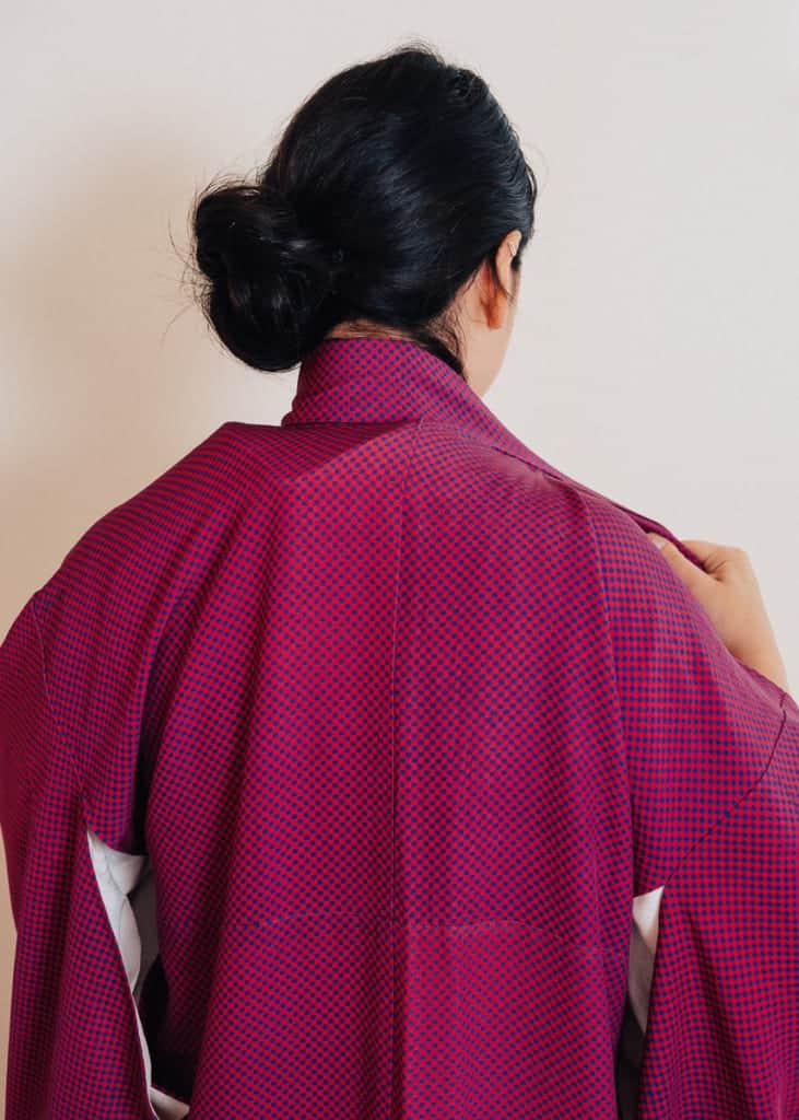 Richtet den Kragen vom Kimono.