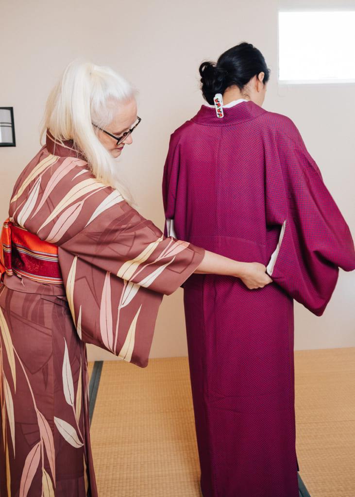 Sheila Cliffe drapiert den Kimono.