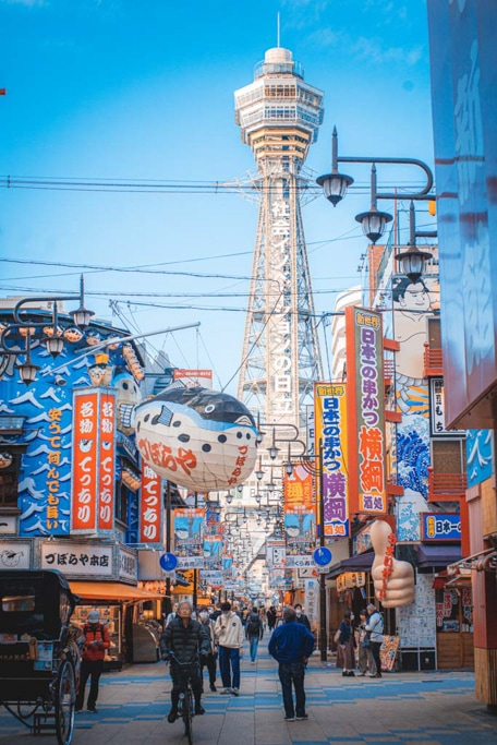 Der Tsutenkaku ist ein Wahrzeichen des Bezirks.