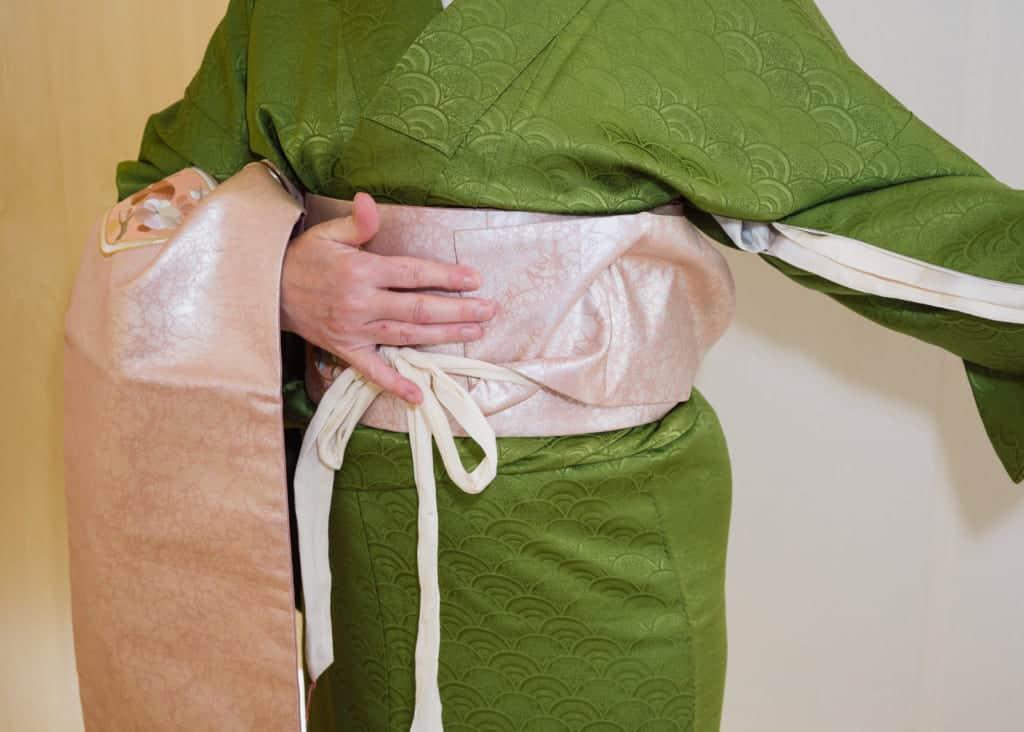 Nehmt den Koshi-himo zum Befestigen des Nagoya-Obi.
