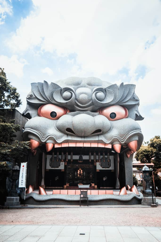 Der Yasaka Namba Schrein in Osaka mit einem Löwenkopf.