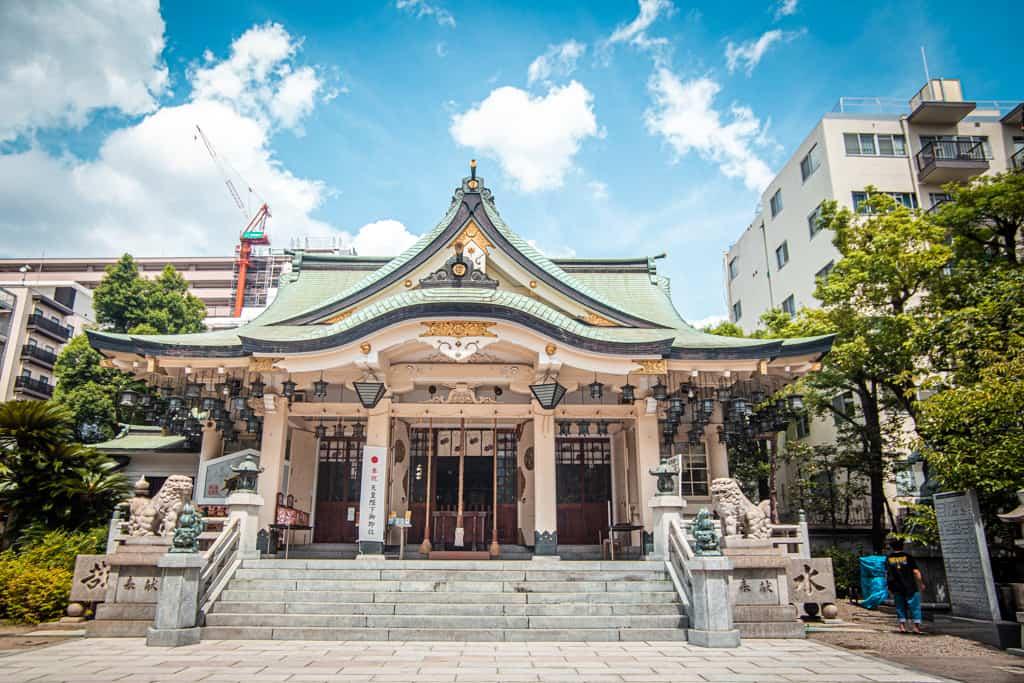 Das Hauptgebäude des Yasaka Namba Schrein in Osaka.