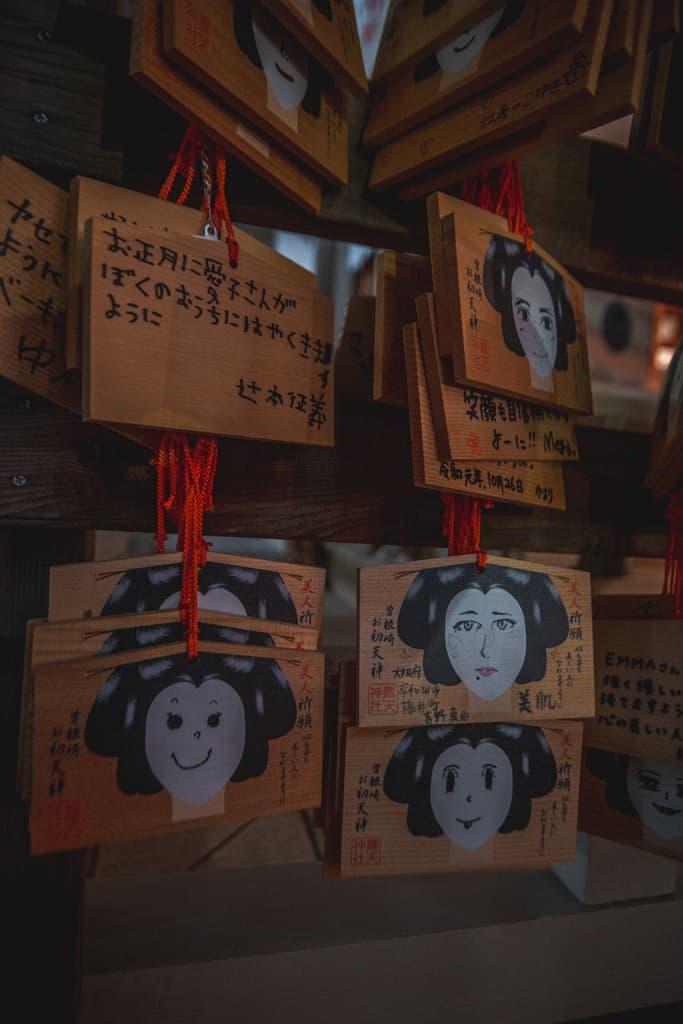 Ema im Tsuyuten Tempel in Osaka.