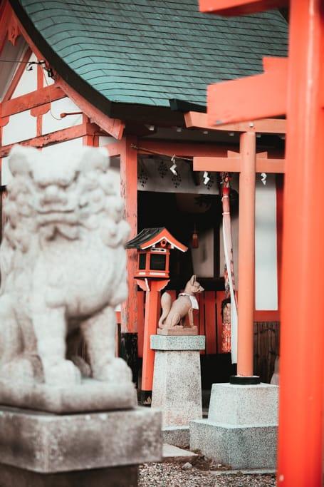 Die Wächter des Himejima Schrein in Osaka.