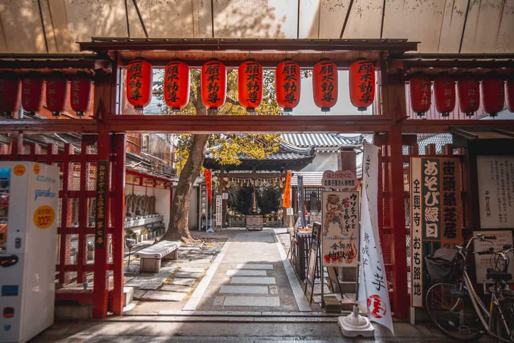 Eingang des Senkoji Tempel in Osaka.