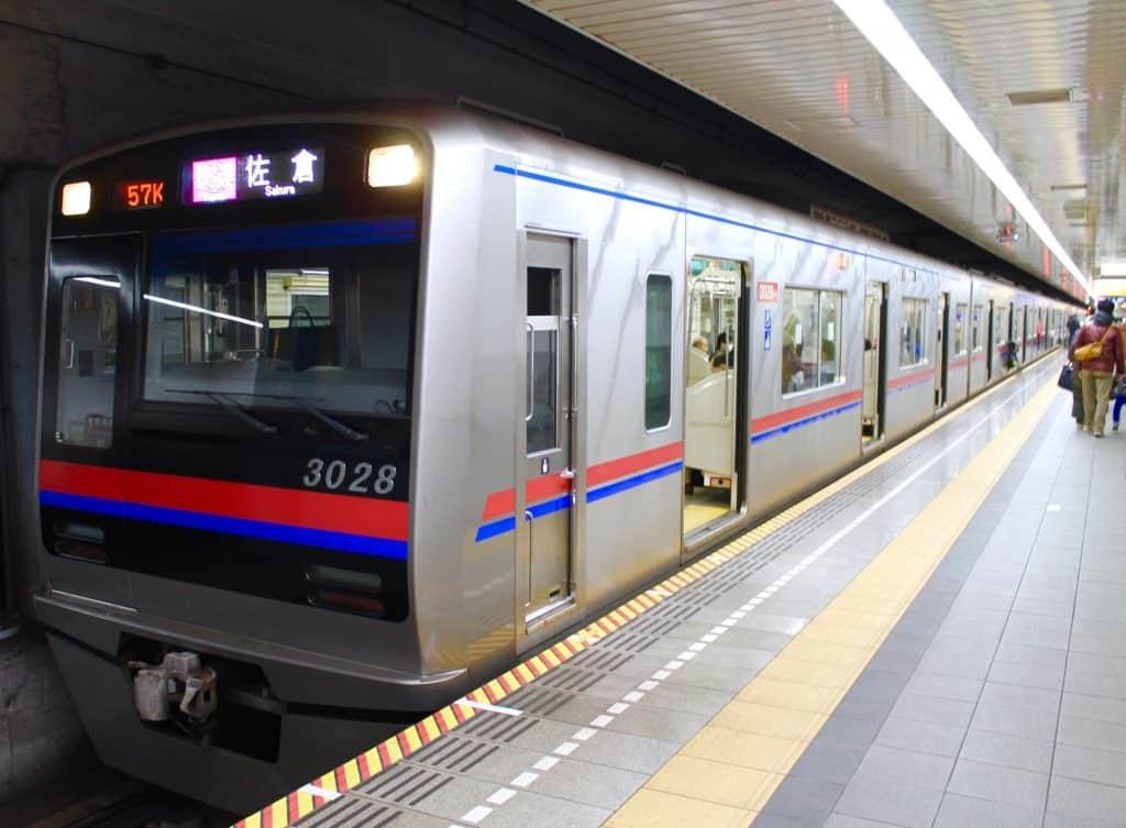 Eine Bahn in Tokio, Japan.