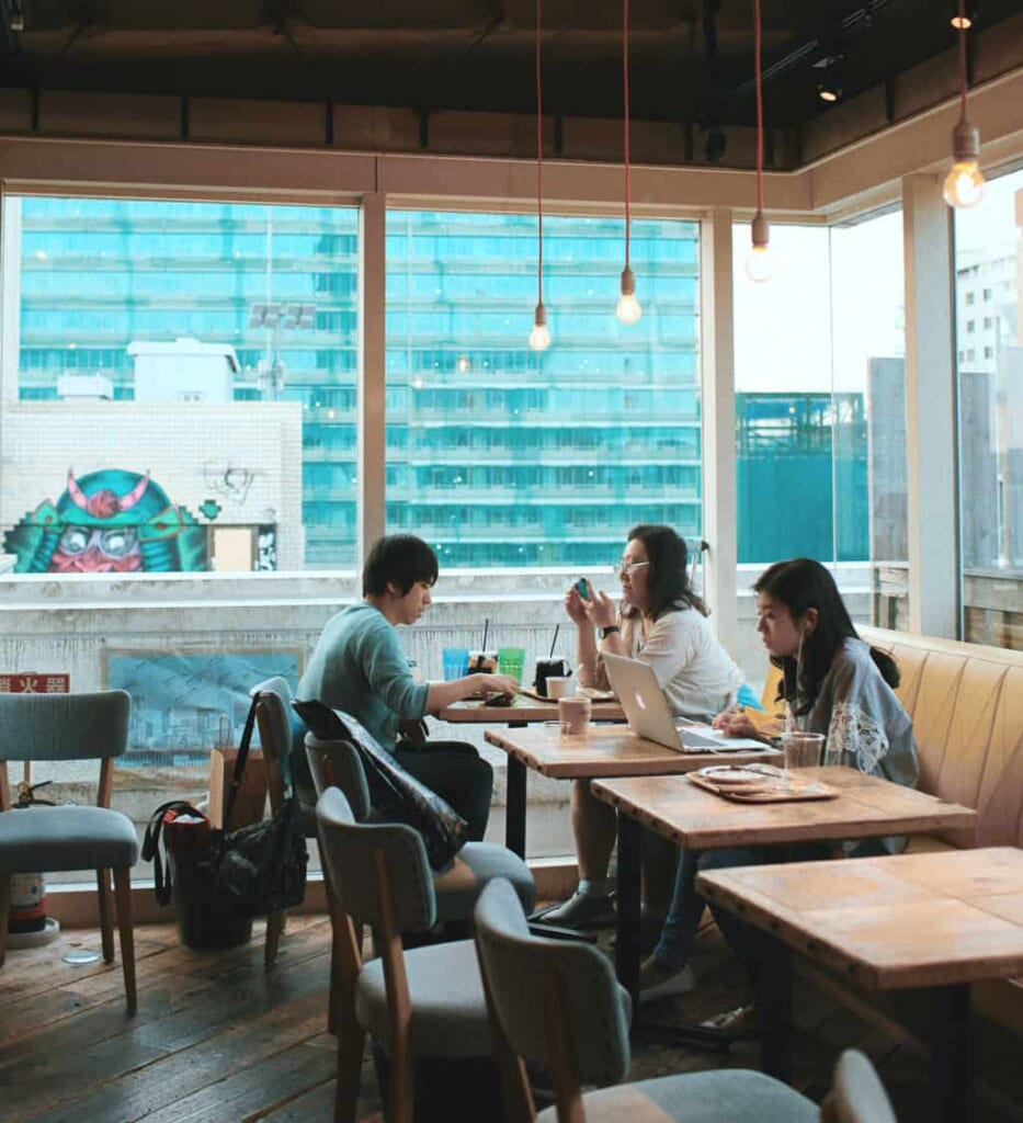Drei Leute in einem Cafe