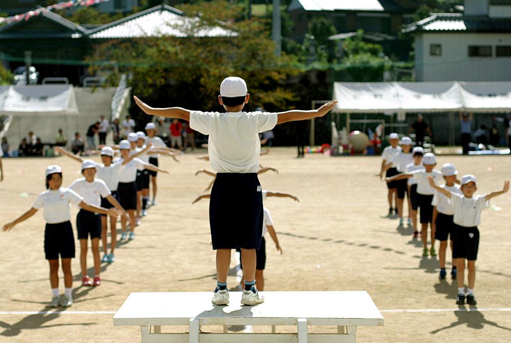 Schüler bei Übungen von Radio Taiso.
