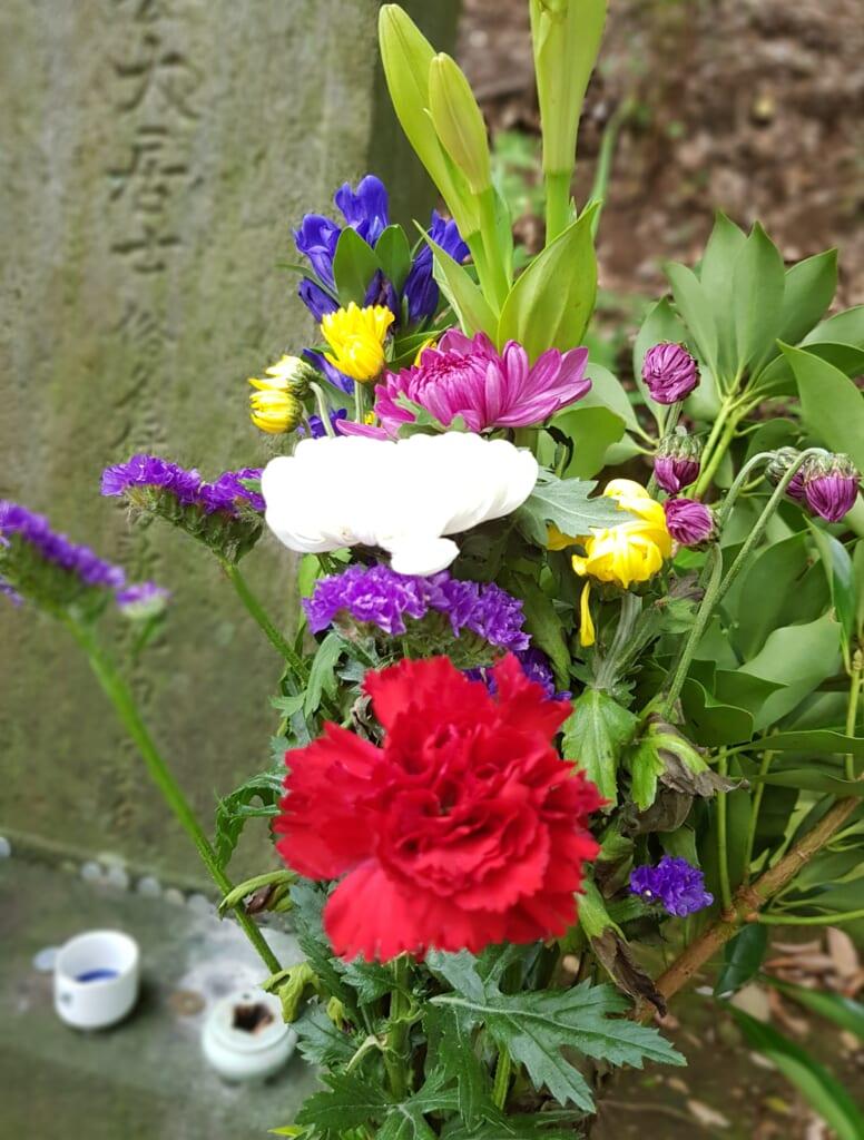 Blumendekoration auf japanischen Friedhöfen.
