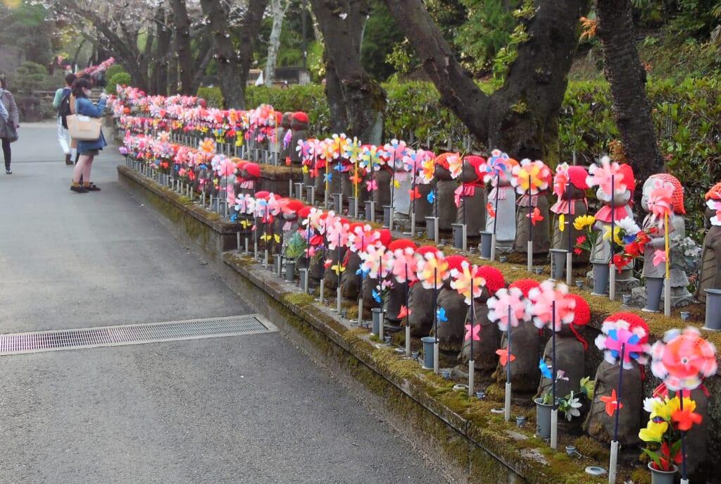 Jizo Statuen als Symbol für Verstorbene Kinder.