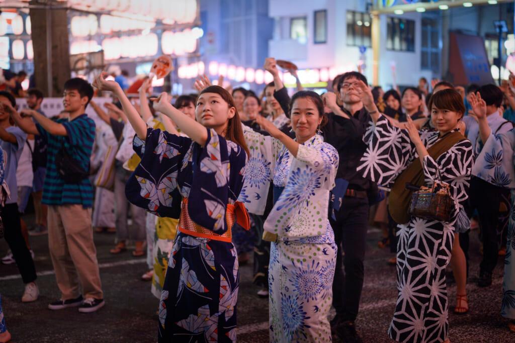 Der Obon Tanz heißt die Seelen der Verstorbenen willkommen.