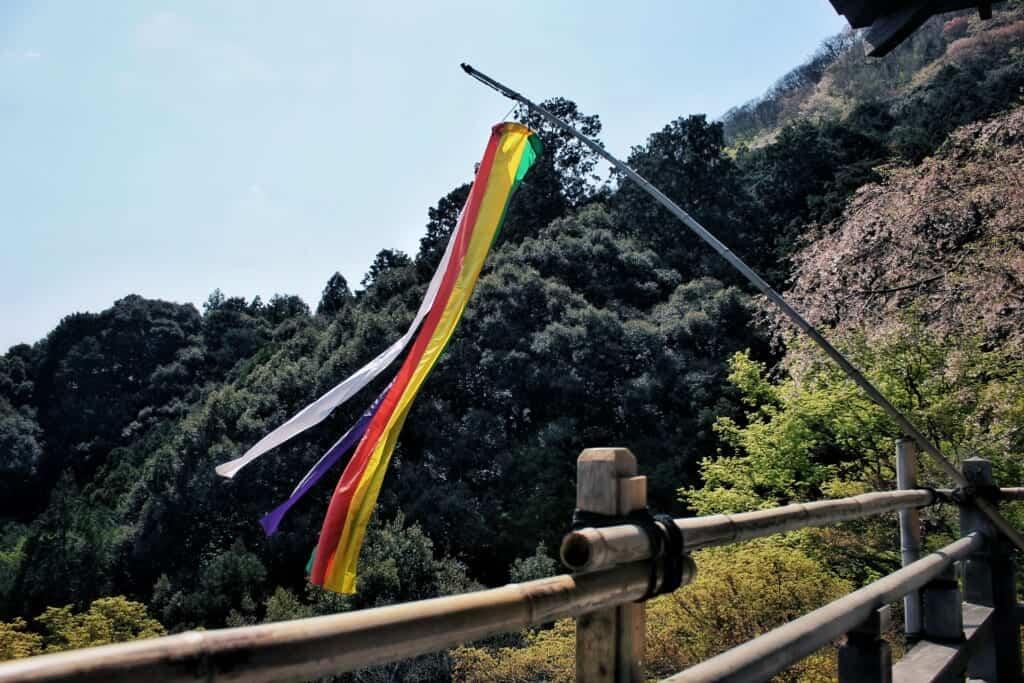 Buddhistische Flagge am Daihikaku Senkoji Tempel, Arashiyama.