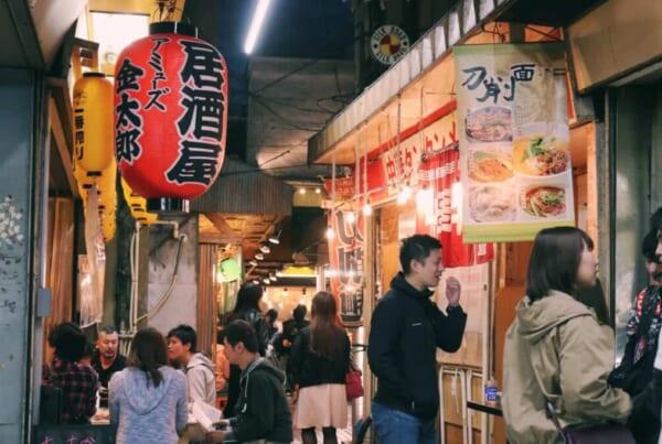 Menschen tummeln sich in den engen Gassen des Ichibangai.
