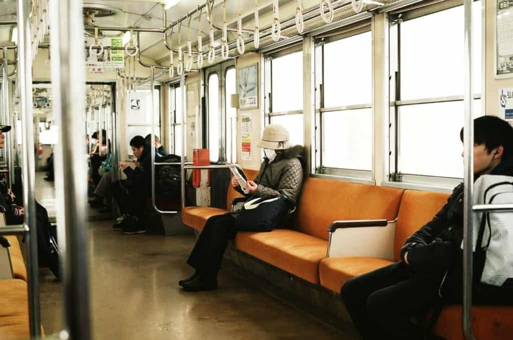 Menschen tagen Masken in Japan in öffentlichen Transportmitteln.