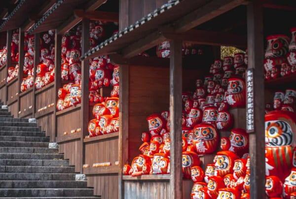 Daruma sind traditionelle japanische Glücksbringer.