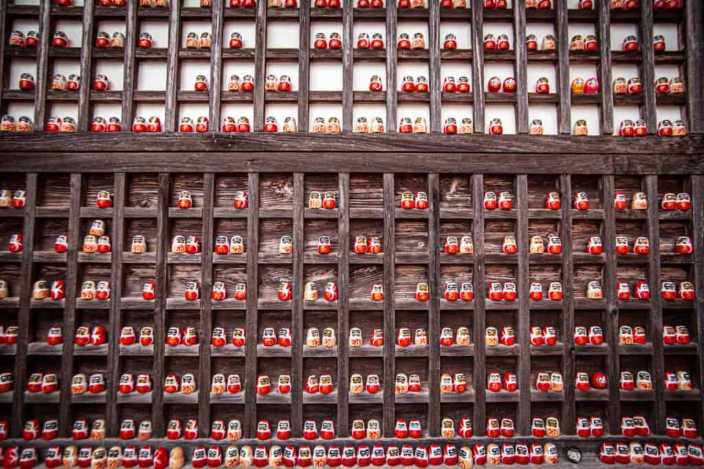 Hunderte von Daruma-Puppen am Katsuo-ji Tempel in Osaka, Japan.