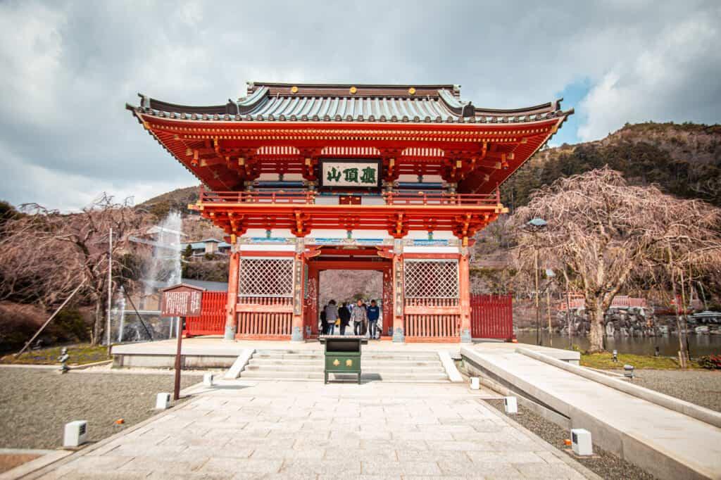 Torii-Tor, Eingang zum Katsuo-ji Tempel.