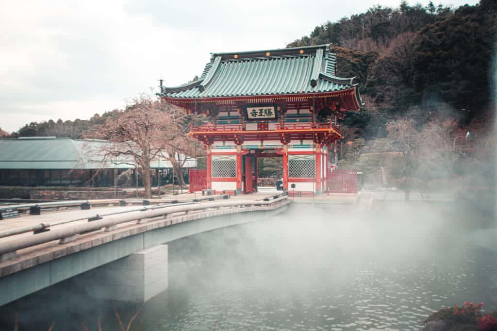 Mystischer Nebel am Eingang zum Tempel.