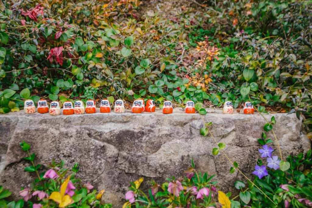 Daruma-Puppen auf dem Gelände des Katsuo-ji Tempels.