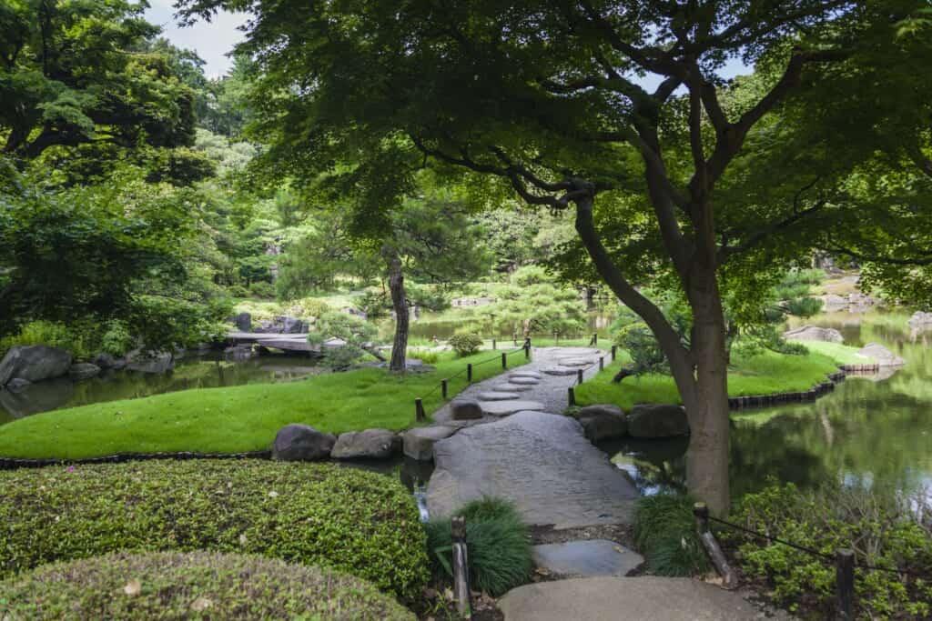 Der Japanische Garten im Das Herrenhaus im englischen Stil im Kyu-Furukawa Garten.