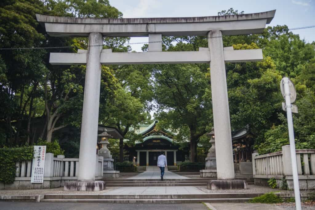 Das Haupttor des Oji Schreins in Tokio, Japan.