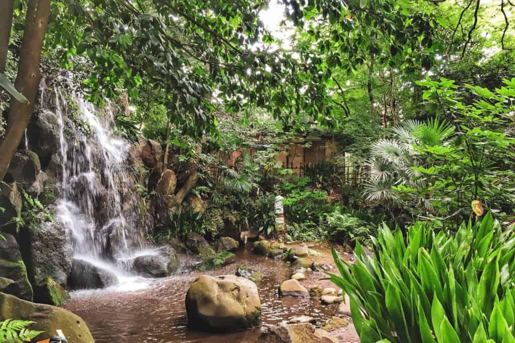 Der Otaki Wasserfall im Nanushinotaki Park.