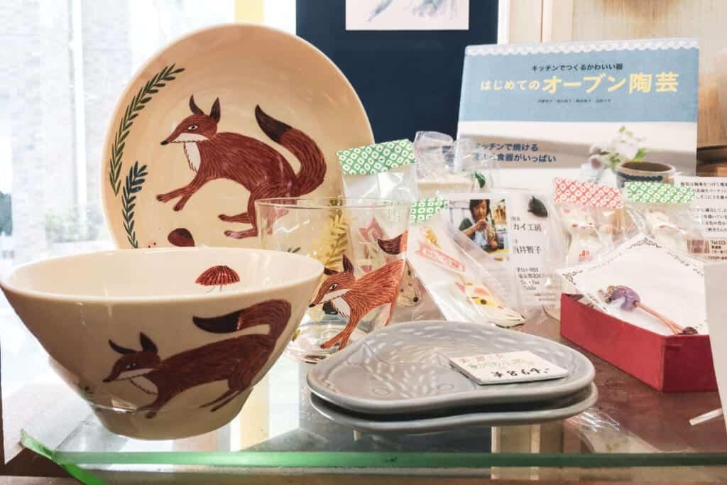Keramik mit Abbildungen von Füchsen.
