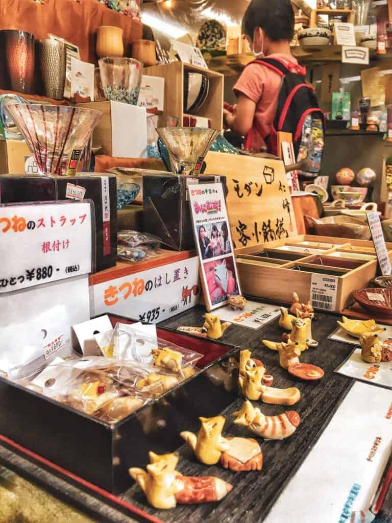 Fuchsfiguren im Geschäft Yamawa.
