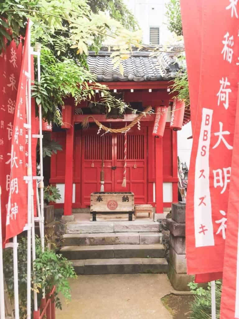 Der Shōzoku Inari-jinja Schrein in Oji, Tokio, Japan.