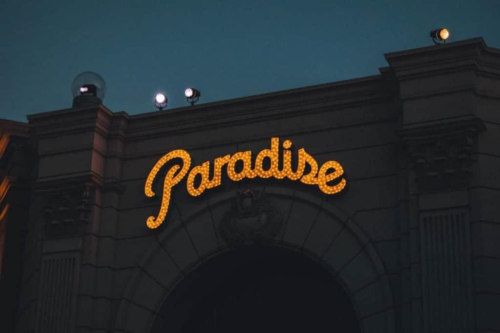 """Paradise""-Leuchtreklame in den USJ, Osaka, Japan."