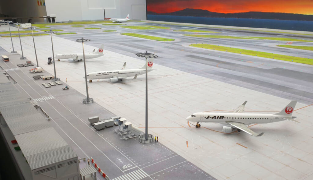 Small Worlds Tokyo: Kansai Airport Landebahn