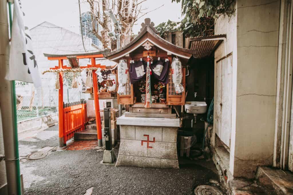 Ein weiterer Blick auf den Schrein in Nakazakicho in Osaka.