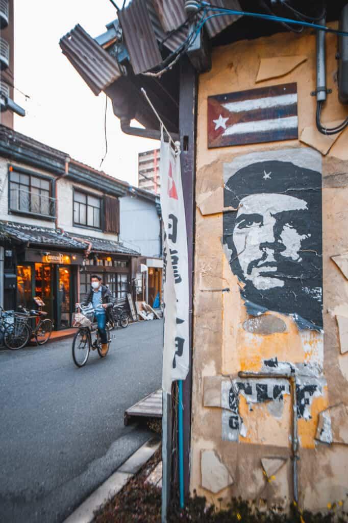 Eine Wand mit Plakaten