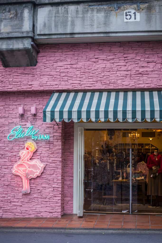 Die trendige Fassade eines Second-Hand-Shops