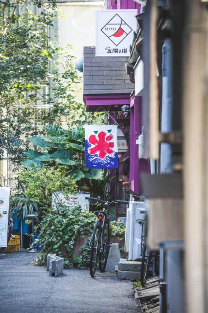 Ein Geschäft mit Werbung für Kakigori.