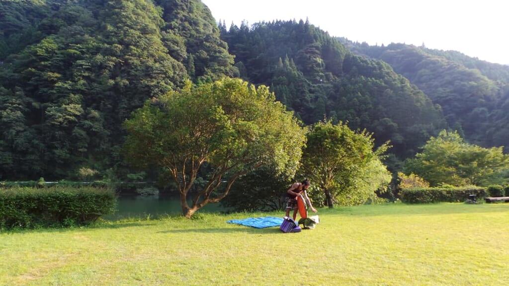 Das Zelt wird aufgebaut für Camping in Japan.