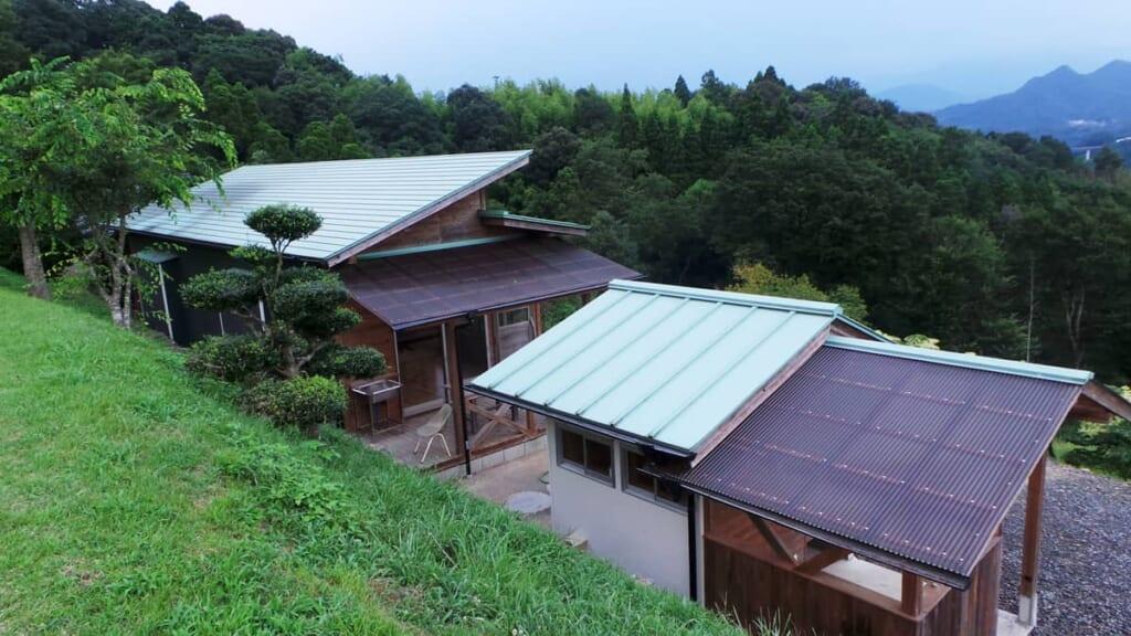 Ein Campingplatz in Japan mit Bungalows.