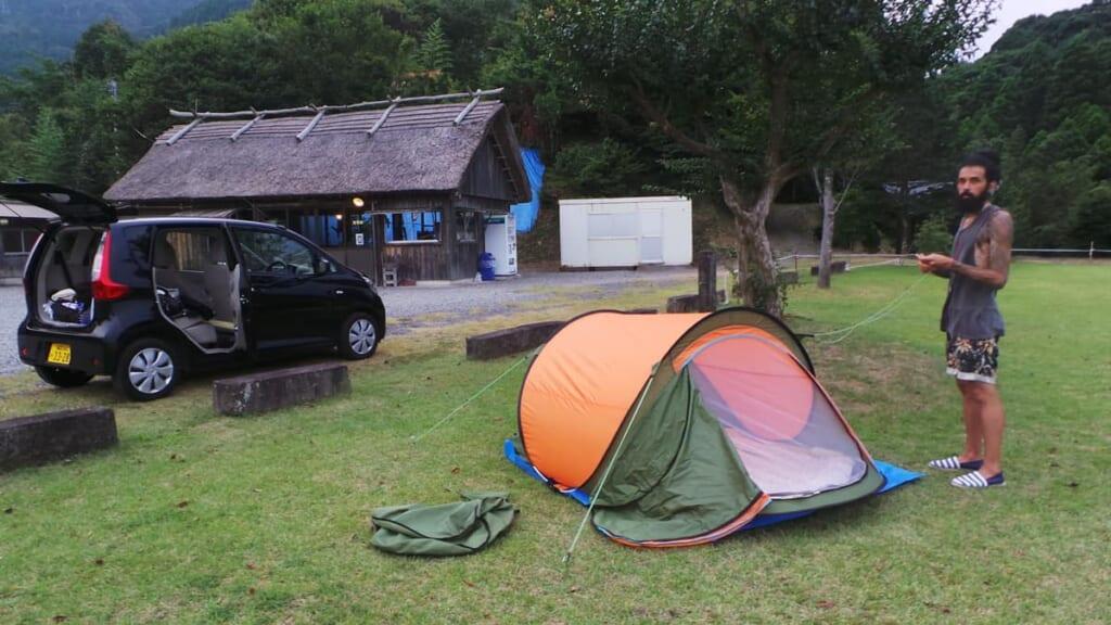 Auf dem Campingplatz mit aufgeschlagenem Lager.