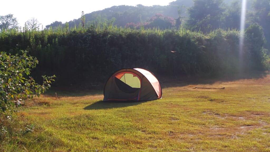 Das Zelt steht bereit für Camping in Japan.